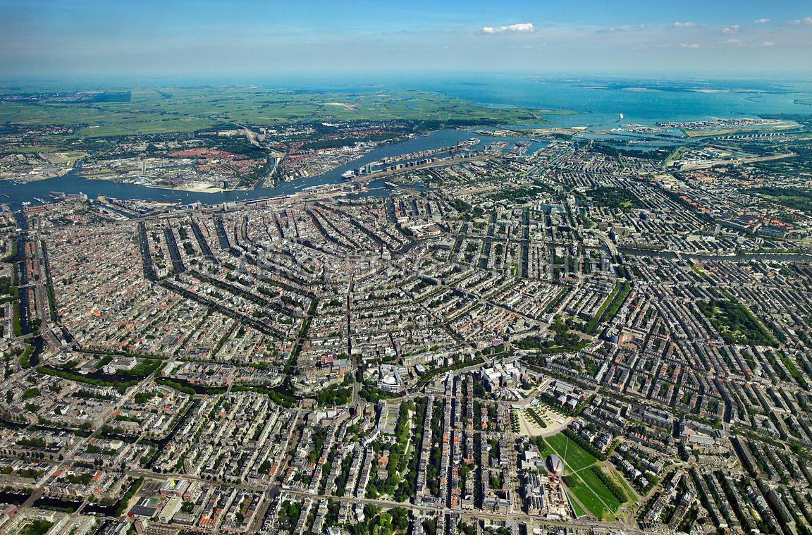Nederland, Amsterdam, 23 aug 2009 Grachtengordel omringd door o.a. oud west, museumkwartier, de pijp en oosterparkbuurt gezien vanaf 1 km hoogte foto: Marco van Middelkoop/Aerophoto-Schiphol